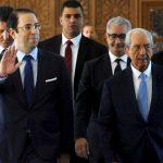 Youssef Chahed, chef du gouvernement tunisien, juste avant d'obtenir le vote de confiance pour son second gouvernement (à d. Mohamed Naceur). A Tunis, le 11 septembre 2017.