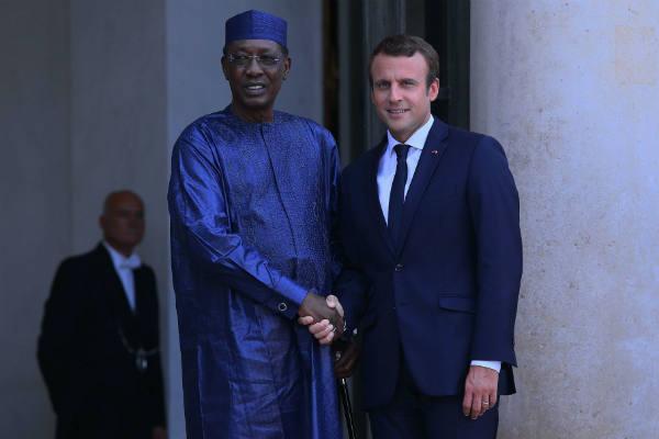 Le Tchadien Idriss Déby Itno et le Français Emmanuel Macron lors du sommet sur l'immigration avec les dirigeants européens et africains, à Paris, le 28 août 2017.