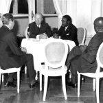 Albert-Bernard Bongo, président de la République du Gabon s'entretient avec Jacques Foccart, secrétaire général de l'Elysée aux Affaires africaines. Les autres personnages autour de la table non identifiés – France,8 juillet 1970.