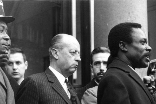 Voyage en France du président de la République gabonaise Albert-Bernard Bongo du 6 au 10 juillet 1970. Arrivé, à l'Élysée, il est accueilli par Jacques Foccart, secrétaire général de l'Élysée aux Affaires africaines, le 6 juillet 1970.