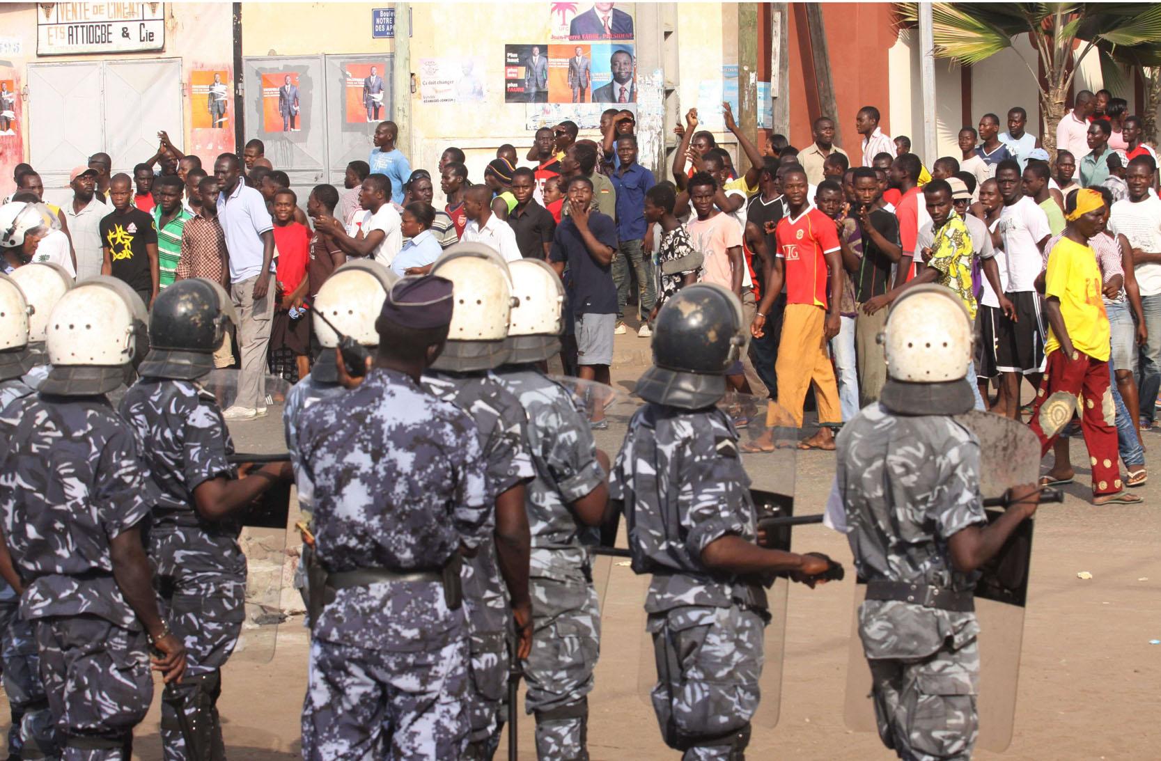 CRS togolais face à des manifestants en faveur du leader de l'opposition Jean-Pierre Fabre, à Lomé, le 9 mars 2010.