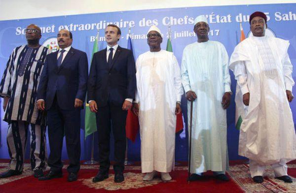 Les présidents Roch Marc Christian Kaboré, Mohamed Ould Abdel Aziz, Emmanuel Macron, Ibrahim Boubacar Keïta, Idriss Déby Itno et Mahamadou Issoufou lors de l'inauguration du G5 Sahel à Bamako, le 2 juillet 2017.