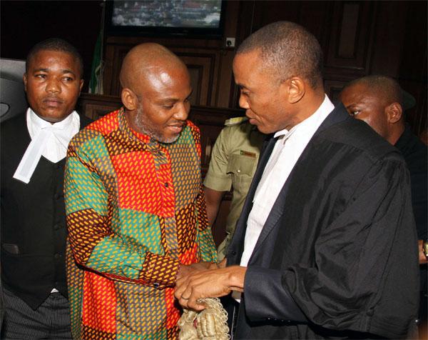 Nnamdi Kanu, le séparatiste Nigérian de Biafra, accompagné de ses avocats à la Cour Fédérale d'Abuja, le 29 janvier 2016.