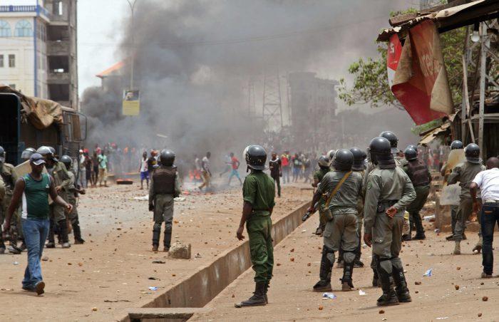 Des forces de police dans les rues de Conakry, en Guinée, le 13 avril 2015.