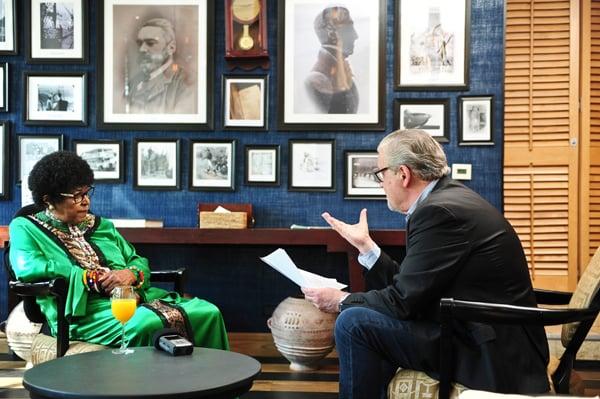 François Soudan avec Winnie Mandela à Johannesburg.