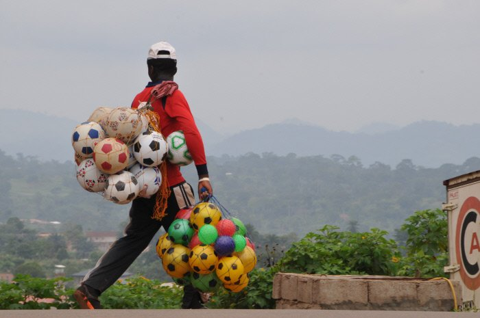 Un vendeur de ballons de foot à Yaoundé, au Cameroun.