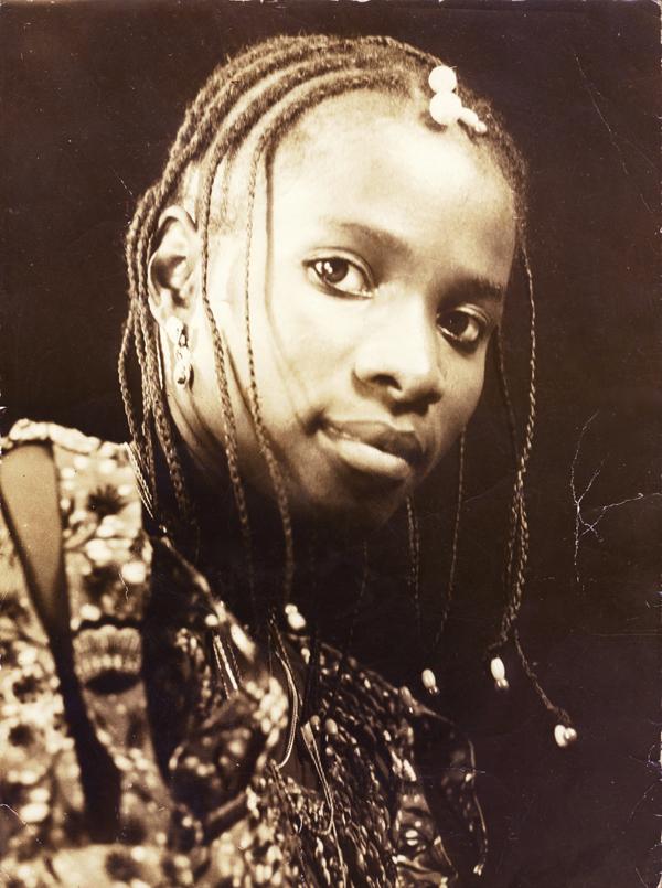 Angélique pose souvent pour son père, qui possède un studio à Cotonou.