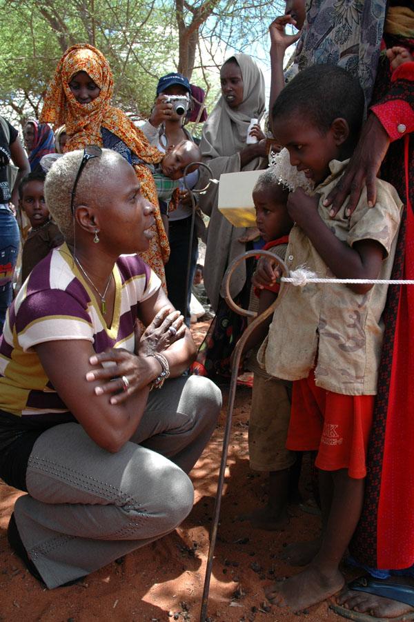 Angélique Kidjo est ambassadrice d'Unicef/ Ici à Kotode, près de Wajir, dans la province nord-est du Kenya, le 24 avril 2006.