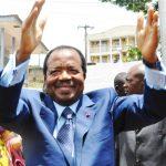 Paul Biya en compagnie de son épouse Chantal, saluent la population après avoir effectué le vote lors de l'élection présidentielle dans le bureau de vote de l'école publique du quartier de Bastos, à Yaoundé, au Cameroun, le 9 octobre 2011.