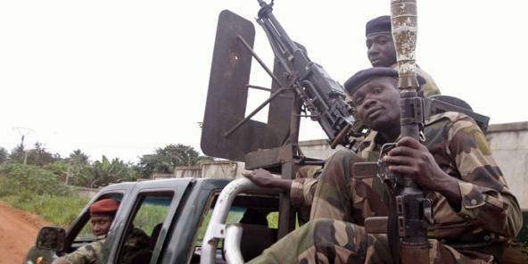 Soldat ivoiriens patrouillant près d'Abidjan,  le 6 août 2012 (Illustration).