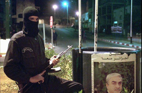 Un policier algérien montant la garde dans un boulevard à Alger le 15 novembre 1995. À l'époque, l'Algérie était présidée par Liamine Zeroual.