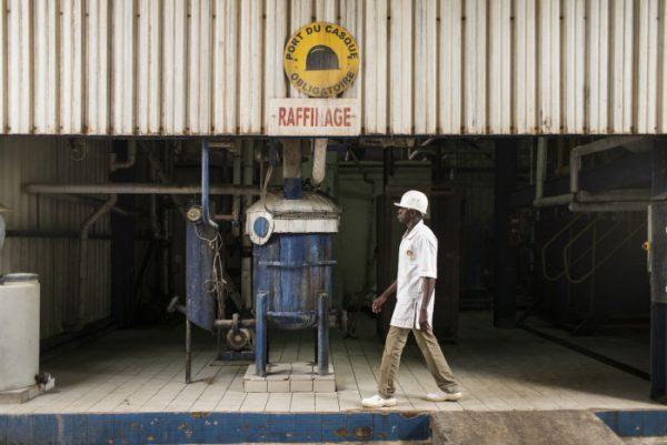 Visite de la raffinerie d'huile d'arachide Oleosen. Zone de raffinage d'huile. A Dakar le 22 juin 2016.