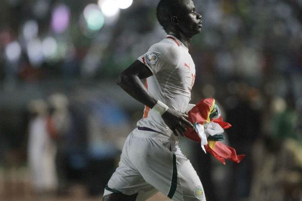 Le Sénégalais Sadio Mané, drapeau national en main, lors d'un match face au Liberia en 2012.