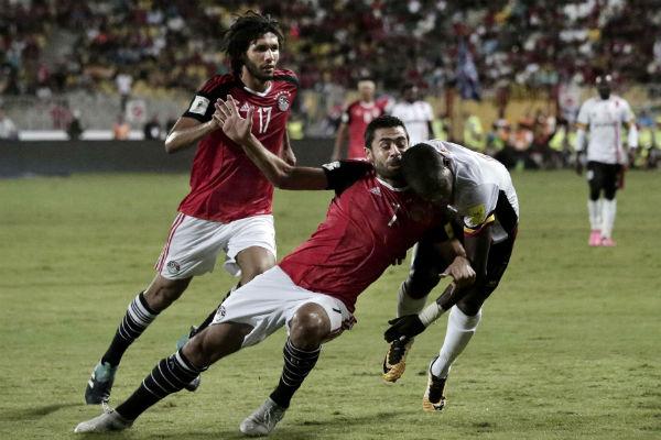 Ahmed Fathy (Égypte) aux prises avec Fayouk Miya (Ouganda), lors du match du 5 septembre 2017 pour les qualifications au Mondial 2018.