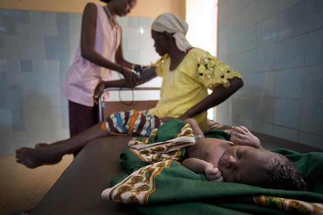 Une jeune maman et son bébé, dans un centre de santé de Bamako, au Mali, en 2013.