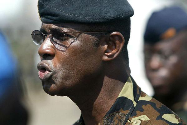 Philippe Mangou s'adressant à ses troupes à Abidjan, le 19 novembre 2004.