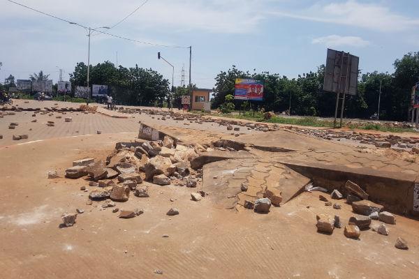 Des pavés descellés à Lomé après des affrontements entre les forces de l'ordre et des manifestants de l'opposition, jeudi 5 octobre.