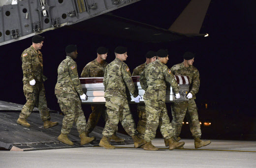 Le corps d'un des quatre soldats américains morts dans l'embuscade du 4 octobre 2017 rapatrié aux Etats-Unis.