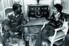 Le capitaine Thomas Sankara et le journaliste Sennen Andriamirado, à Paris, en 1986.