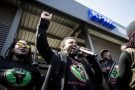 Manifestation du mouvement Black First Land First, devant les bureaux de KPMG, à Johannesburg, le 28septembre.