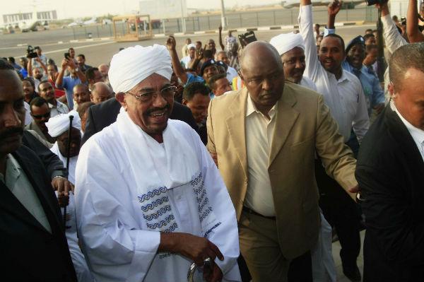 Omar el-Béchir, à son arrivée à l'aéroport de Khartoum en juin 2015, de retour d'Afrique du Sud.