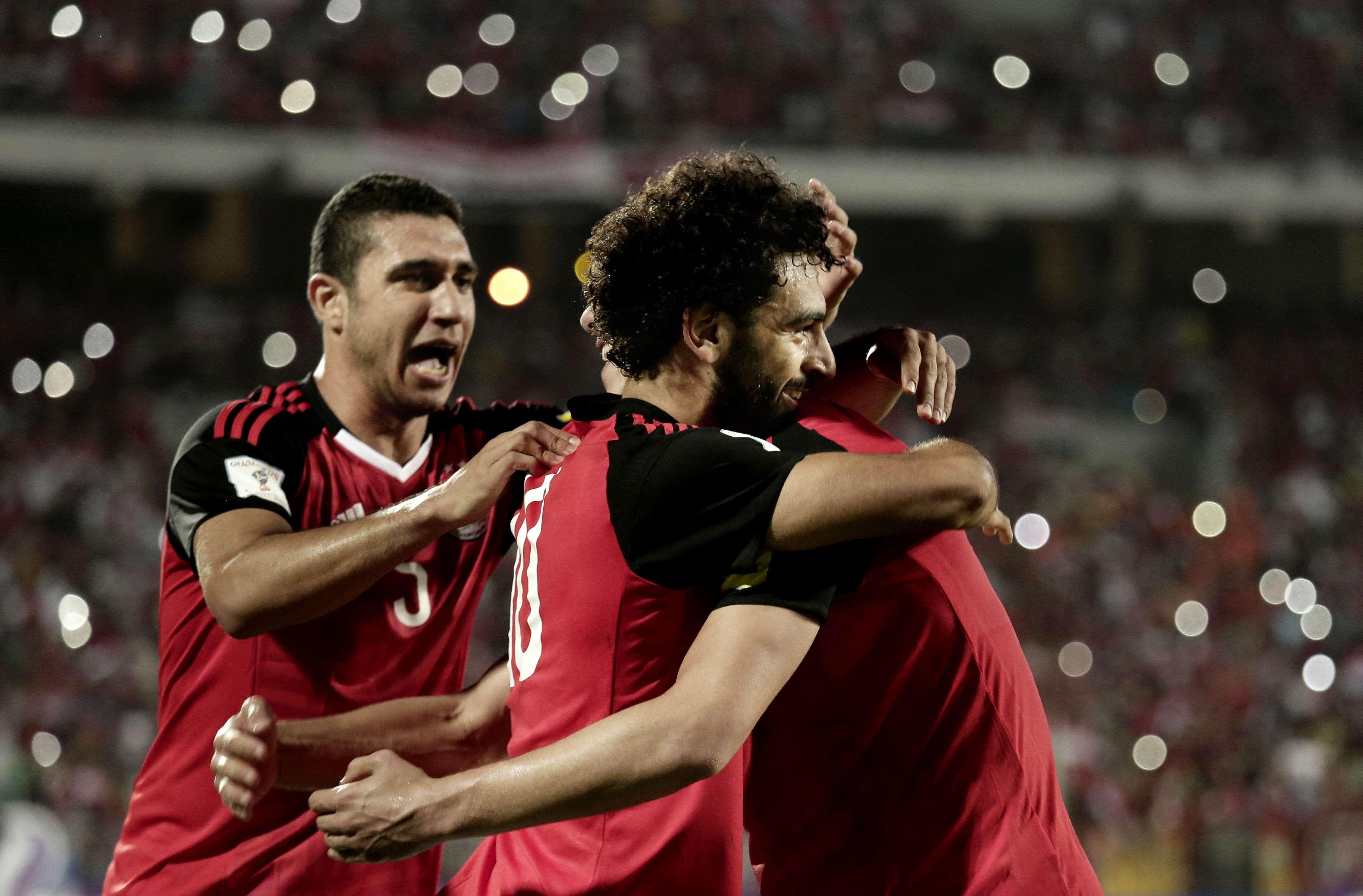 Mohamed Salah, blessé pour le début du Mondial 2018, célébrant avec les autres joueurs de l'équipe nationale la qualification de l'Égypte pour le Mondial 2018, le 8 octobre 2017.