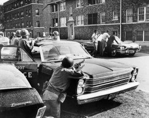 Des policiers arrêtent des «suspects» dans une rue de Detroit, le 25juillet 1967.