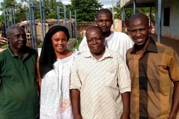 Sikia Traoré (au centre, chemise rayée), entouré de l'équipe de l'ONG Sini Sanuman, à Bamako.