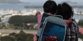 Un enfant et sa mère face au port de Victoria, aux Seychelles, en 2012.