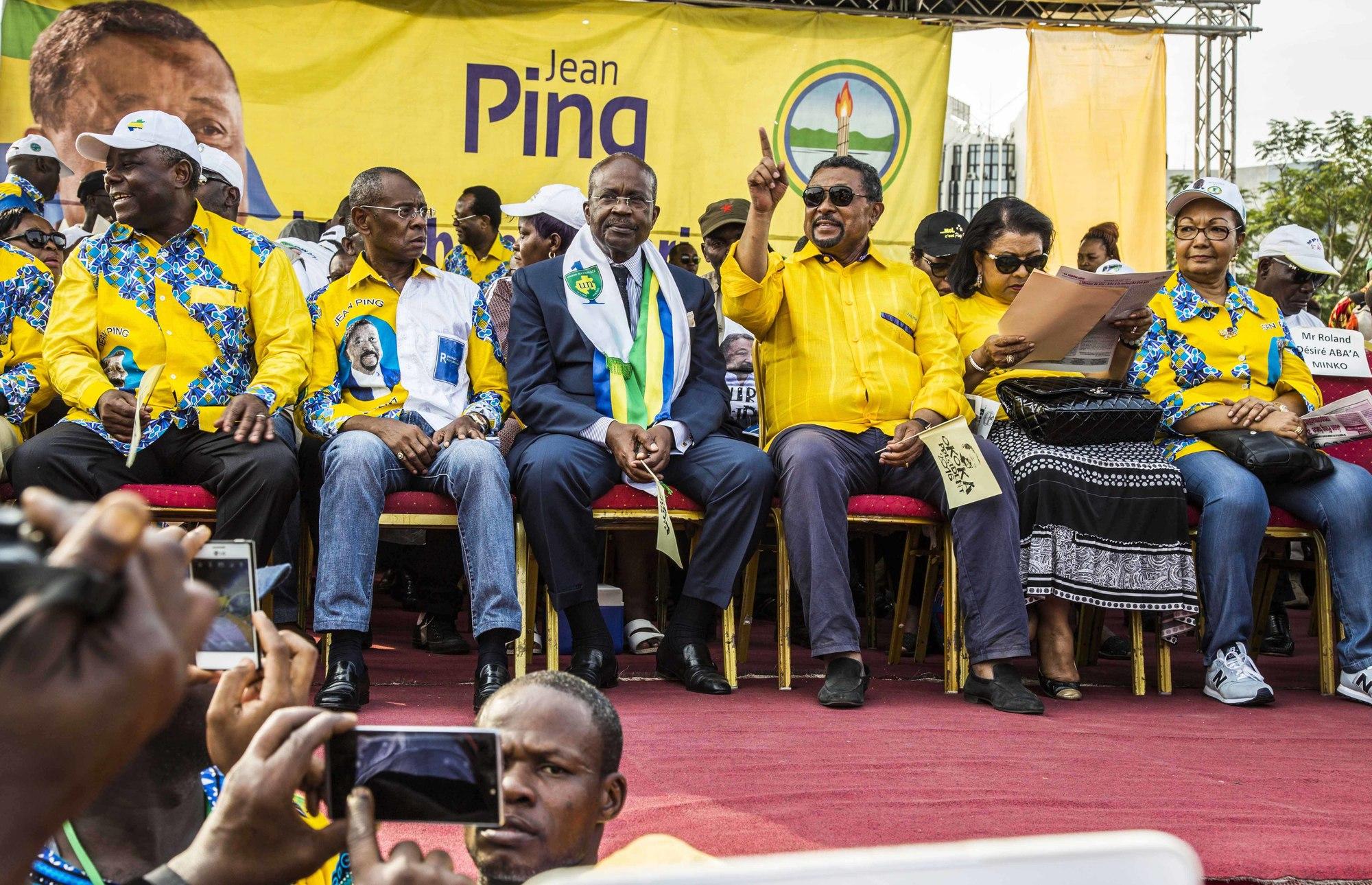 Casimir Oyé Mba, en meeting avec Jean Ping (à dr.), à Libreville, le 26août 2016.