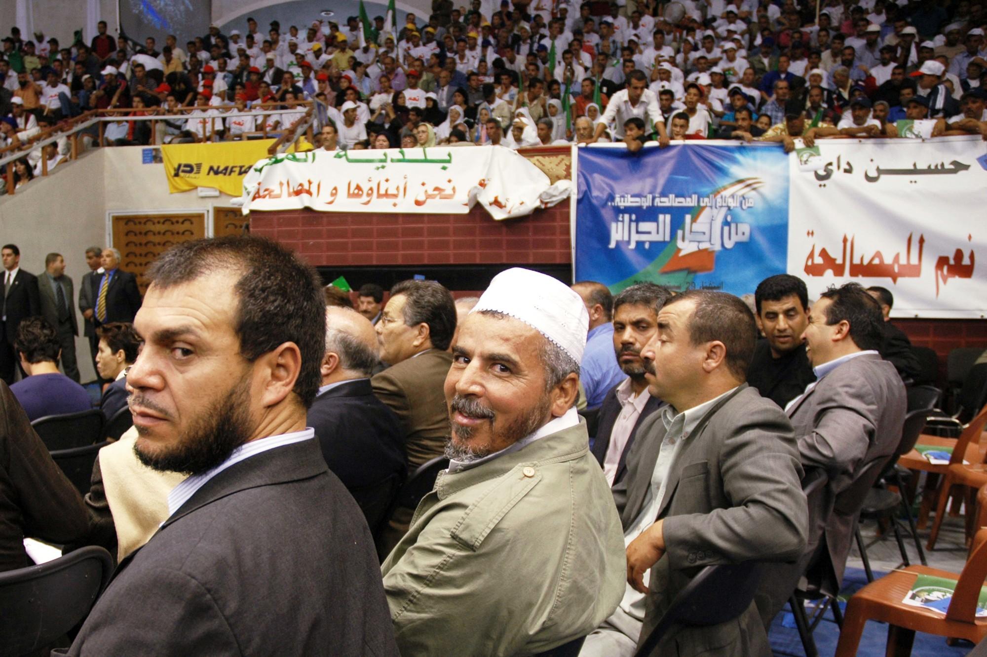 Ahmed Benaïcha (au centre), ex-émir de l'Armée islamique du salut, lors de la campagne pour le référendum de 2005, à Alger.