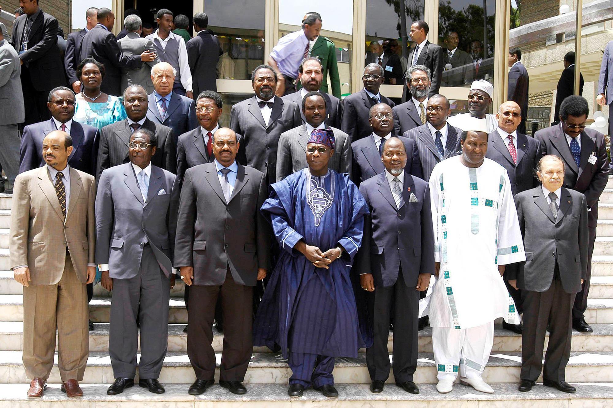 Olusegun Obasanjo entouré de (de dr. à g.): Abdelaziz Bouteflika, Alpha Oumar Konaré, Joaquim Chissano, Omar el-Béchir, Robert Mugabe, Meles Zenawi, au siège de l'UA, à Addis-Abeba, le 25mai 2004.