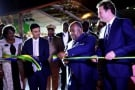 Ali Bongo Odimba, aux côtés de Gagan Gupta, le président d'Olam Gabon, et de Cyrille Bolloré, le PDG de Bolloré Transport & Logistics, le 14 octobre 2017.