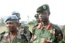 James Kabarebe (au centre), alors général major de l'armée rwandaise, à l'aéroport de Kindu, à l'est de la RDC, en septembre 2002.