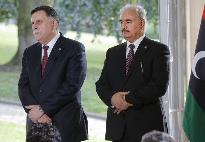 Le Premier ministre Fayez al-Sarraj et son rival le maréchal Khalifa Haftar, au château de La Celle-Saint-Cloud, en juillet 2017.