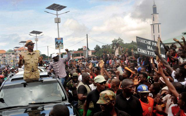Cellou Dalein Diallo (à g.) et Papa Koly Kourouma, au milieu d'opposants à un troisième mandat du président. Conakry, le 2août.