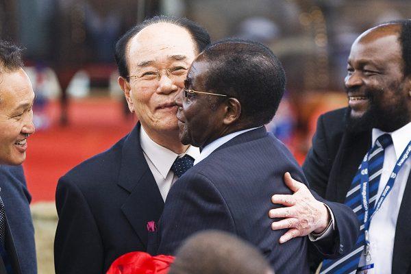 Numéro deux du régime, Kim Yong-nam salue Robert Mugabe, en mai2009 à Pretoria, lorsde l'investiturede Jacob Zuma.