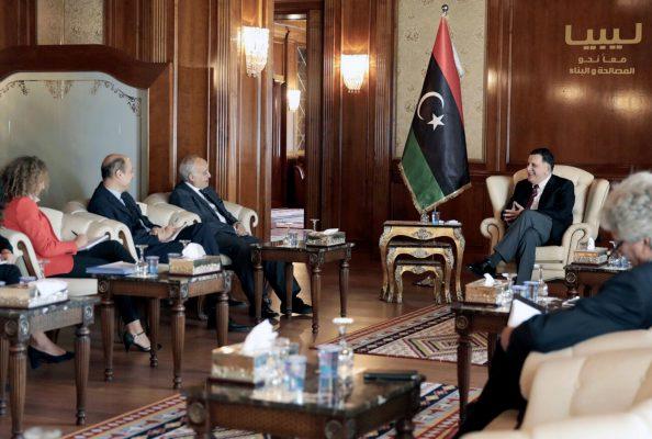 Avec le Premier ministre Fayez el-Sarraj ,le 5août 2017, à Tripoli.