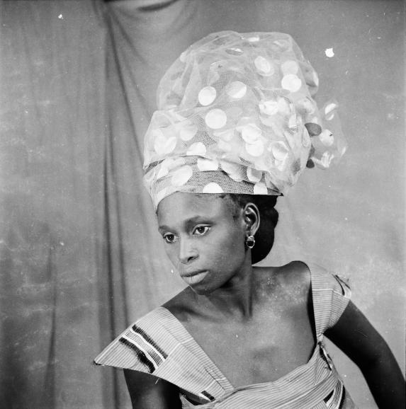L'un des nombreux portrait de Roger daSilva, pris dans son studio de Gueule Tapée, à Dakar, entre 1956 et 1969.