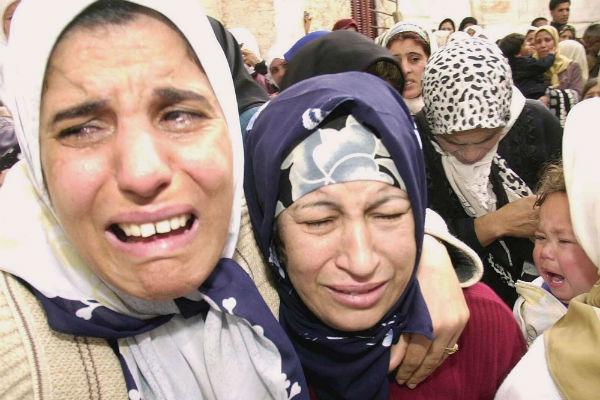 Lors des funérailles de douze personnes tuées lors d'une attaque à Ahmeur El Ain attribuée aux islamistes, le 26 février 2003.