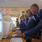 Cours d'informatique avec des élèves de l'école Rhodes Park School, Lusaka, Zambie.