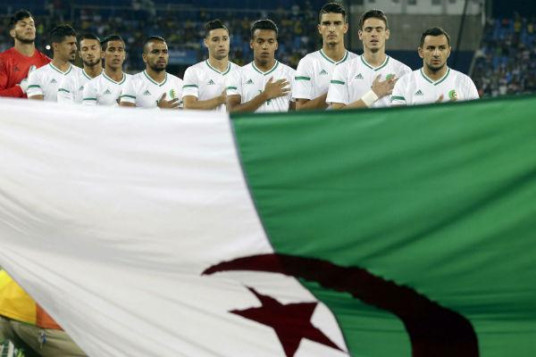 L'équipe nationale algérienne salue le drapeau, avant un match pendant le JO de Rio, en août 2016.
