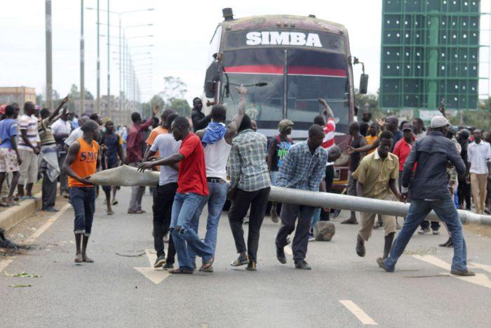 Des opposants dressent une barricade le long de la route à Kisumu, dans l'ouest du Kenya. AP/SIPA