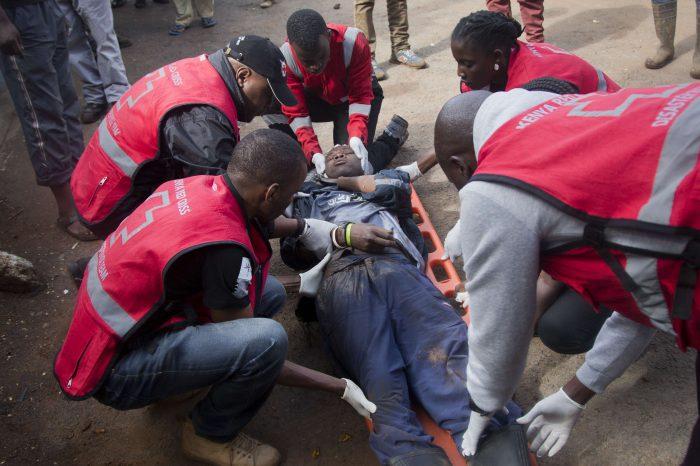 Un homme blessé est pris en charge après les échauffourées dans le bidonville de Kibera. Darko Bandic/AP/SIPA