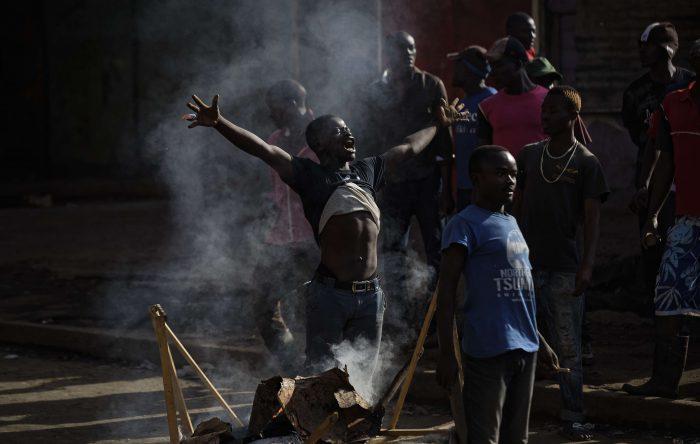 Un opposant toise les forces de police, lors d'affrontements à Mathare, un bidonville de la capitale Nairobi. Ben Curtis/AP/SIPA