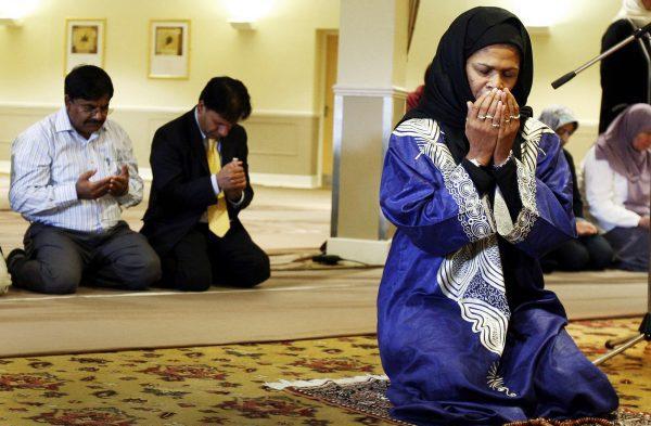 L'Américaine Amina Wadud conduit la prière du vendredi, à Oxford (Royaume-Uni), en octobre2008.