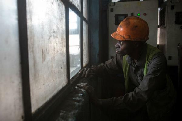 Un opérateur surveille dans la Grande Cimenterie du Katanga, située à Likasi, détenue par Gécamines.