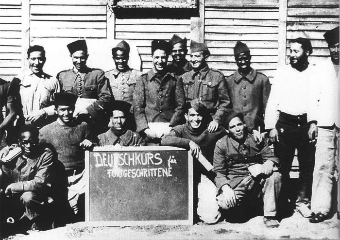 Léopold Sédar Senghor, au premier rang à gauche, et ses compagnons de captivité au camp de Poitiers, vers 1941.