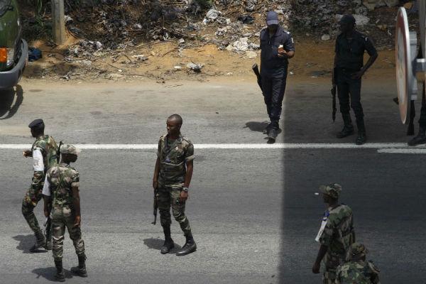 Des soldats ivoiriens fidèles à Laurent Gbagbo, aux abords du quartier Abobo en mars 2011.