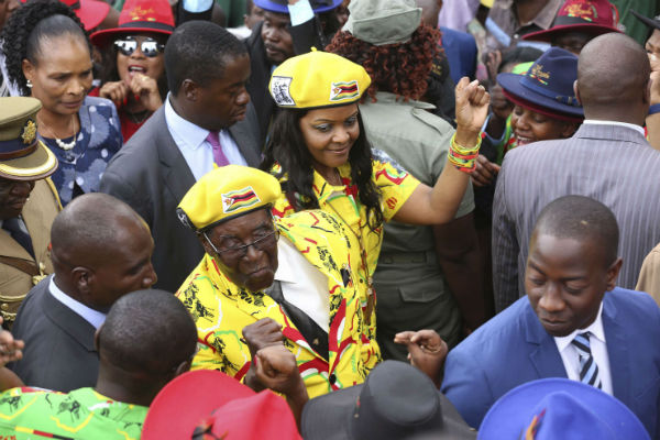 Robert Mugabe et sa femme Grace lors d'un rassemblement du Zanu-PF, le 8 novembre 2017.
